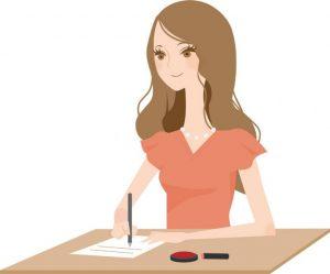女性が書類を書いている様子