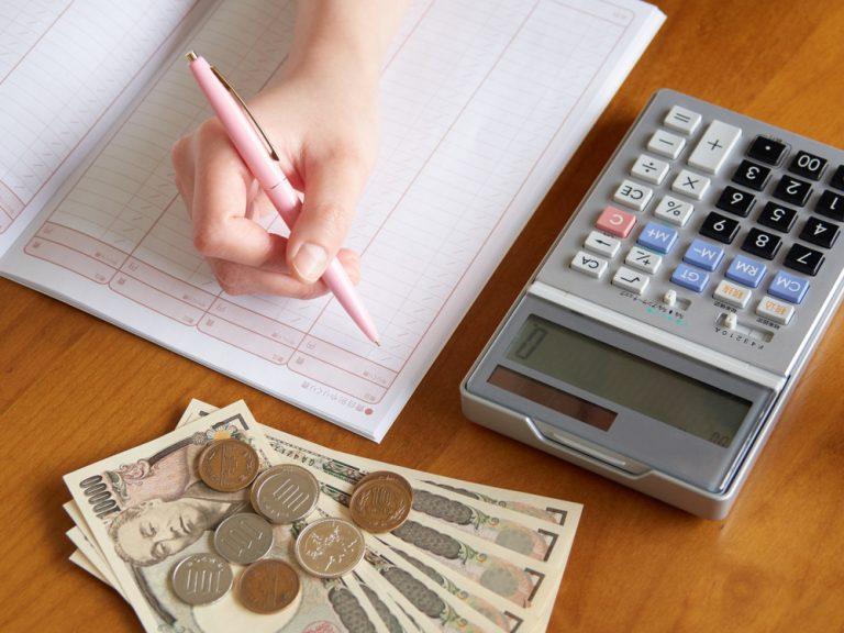 お金の計算とノートの画像