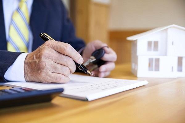 書類を書いている男性の手の写真