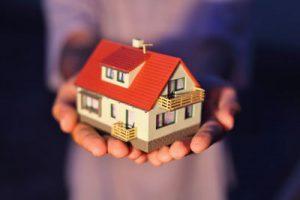 家の模型を持っている画像