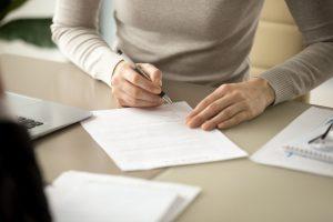 女性が火災保険の申請をしている画像