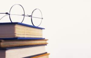 眼鏡と本がおかれている画像