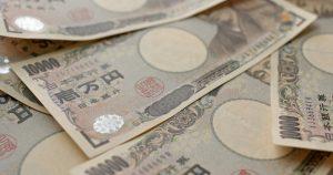 1万円札がたくさん置いてある画像
