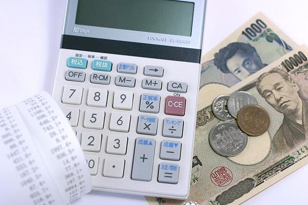 電卓とお札と小銭の写真